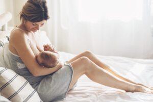 Hebamme treffen nach der Geburt